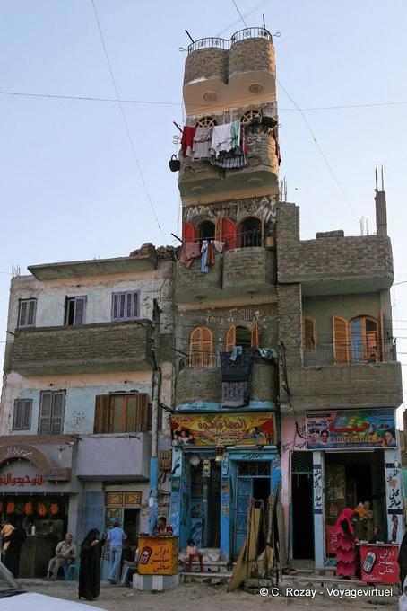 Incredibile la costruzione di una casa pendente a quattro for Come pianificare la costruzione di una casa