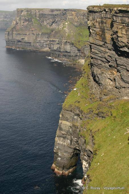Vue verticale sur une arche, Cliffs of Moher, Irlande