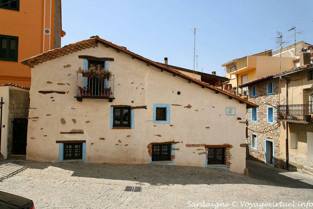 fonni una casa tradizionale in piazza secchi sardegna